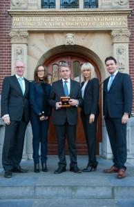 Piet Hein Donner, Frans Weekers, en Maarten Brouwer, Roosje Klap en Claudia Linders met de munt ter gelegenheid van 200 jaar Koninkrijk.